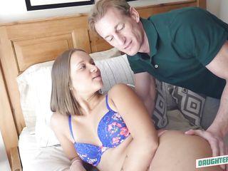 Порно зрелая учит молодого